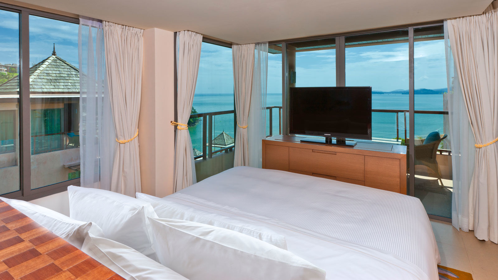 ONE BEDROOM LUXURY SUITE WITH SEAVIEW